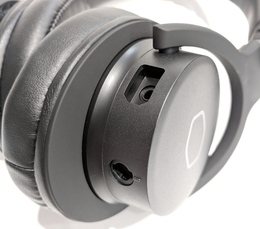 Cooler Master MH752 Gaming Headset plugs